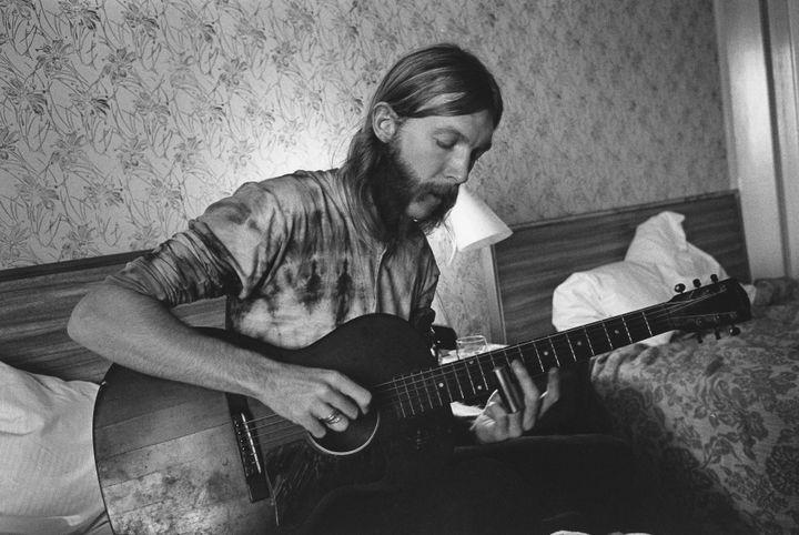 Duane Allman dans sa chambre d'hotel, avant un concert du Allman Brothers Band, le 17 octobre 1970 (MICHAEL OCHS ARCHIVES / MICHAEL OCHS ARCHIVES)