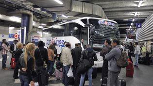 Des passagers embarquent dans un autocar de la société Eurolines à Bagnolet (Seine-Saint-Denis), le 4 juin 2012. (PIERRE VERDY / AFP)