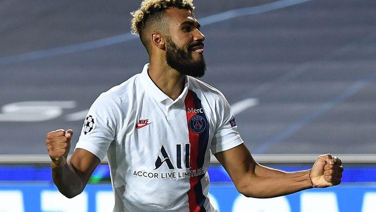 L'attaquant camerounais du Paris Saint-Germain, Eric Maxim Choupo-Moting, célèbre son but lors des quarts de finale de la Ligue des champions entre l'Atalanta et le Paris Saint-Germain au stade Luz de Lisbonne le 12 août 2020.  (DAVID RAMOS / POOL)