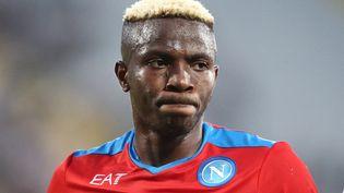 Face à la Fiorentina, Victor Osimhen et plusieurs de ses coéquipiers de Naples ont été victimes d'insultes racistes. (ANTONIO BALASCO / CONTROLUCE VIA AFP)