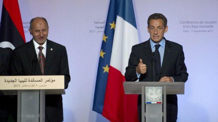 Moustapha Abdeljalil, dirigeant du CNT, et Nicolas Sarkozy, lors de la conférence de Paris sur la Libye (01/09/11) (AFP / Lionel Bonaventure)