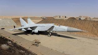 Un avion MIG-23 garé dans une base militaire libyenne, le 1er novembre 2011, à Joffra (Libye). (PHILIPPE DESMAZES / AFP)