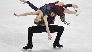 Les Français Gabriella Papadakis et Guillaume Cizeron ontremporté l'or en danse sur glace une deuxième fois consécutive aux championnats d'Europe, samedi 30 janvier 2016, à Bratislava (Slovaquie). (JOE KLAMAR / AFP)