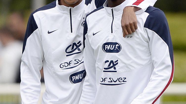 Raphaël Varane et Paul Pogba, membres de l'équipe de France de Football, durant une session d'entraînement à Clairefontaine (Yvelines), le 29 mai 2014. (FRANCK FIFE / AFP)