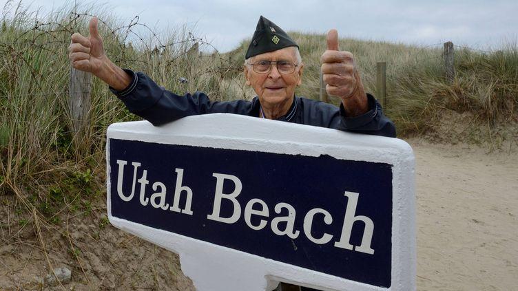 Charles Wilson, vétéran américain, sur les lieux où il a débarqué,le 6 juin 1944, à Utah Beach, dans le Contentin. (  MAXPPP)