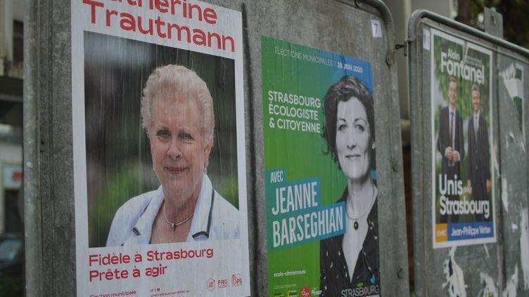 Les affiches des trois candidats au second tour des municipales à Strasbourg, le 18 juin 2020. (VICTOR VASSEUR / RADIO FRANCE)