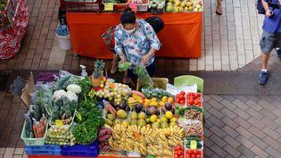 L'association de défense des consommateurs Familles Rurales milite pour la création d'un chèque fruits et légumes, afin de permettre aux plus précaires d'acheter des produits frais. (LUDOVIC MARIN / AFP)