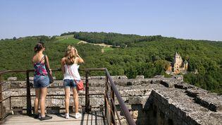 Des touristes visitent le donjon du château de Commarque, en 2015, aux Eyzies-de-Tayac (Dordogne). (PHILIPPE ROY / AFP)