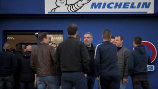Les salariés de Michelin en attente d'information devant le site de La Roche-sur-Yon (LOIC VENANCE / AFP)
