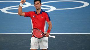 Novak Djokovic le poing levé après sa victoire sans appel en quarts de finale du tournoi olympique contre Kei Nishikori, jeudi 29 juillet 2021. (TIZIANA FABI / AFP)