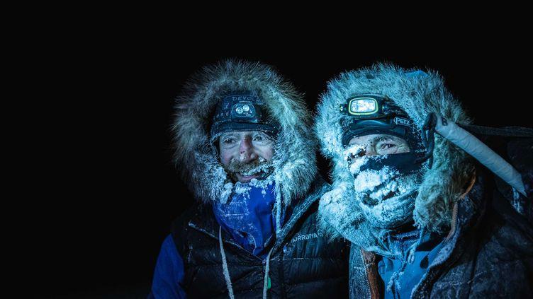 Mike Horn etBorge Ousland après leur sauvetage, le 8 décembre 2019. (ETIENNE CLARET / AFP)