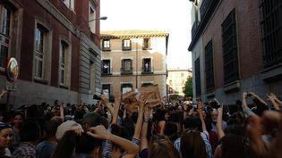 Manifestation à Madrid, en Espagne, jeudi 26 avril 2018, en soutien à une jeune femme, victime de viol, mais dont les agresseurs sont condamnés pour abus sexuel.  (MATHIEU DE TAILLAC / RADIO FRANCE)