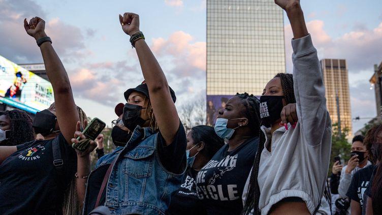 Une manifestation organisée après la condamnation du policier Derek Chauvin pour le meurtre de George Floyd, mardi 20 avril 2021, à Atlanta, aux États-Unis. (MEGAN VARNER / GETTY IMAGES NORTH AMERICA / GETTY IMAGES VIA AFP)