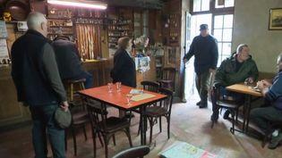 Dans les Landes se trouve l'un des plus vieux cafés de France, ouvert en 1885. À 87 ans, Colette a passé sa vie derrière le zinc. (FRANCE 2)