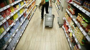 Une cliente arpente les rayons d'un supermarché parisien, le 18 septembre 2013. (MAXPPP)