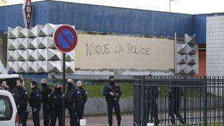 Des policiers dans la cité des 3000 à Aulnay-sous-Bois (Seine-Saint-Denis), le 7 févier 2017. (GEOFFROY VAN DER HASSELT / AFP)