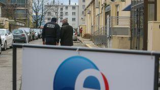 Des policiers devant l'agence Pôle emploi Victor-Hugo de Valence (Drôme) où un homme a abattu une cadre, le 28 janvier 2021. (NICOLAS GUYONNET / HANS LUCAS / AFP)