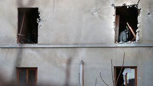 Légistes et police scientifique cherchentdes preuves dans l'appartement investi par le Raid et al BRIàSaint-Denis, le 18 novembre 2015 (JOEL SAGET / AFP)