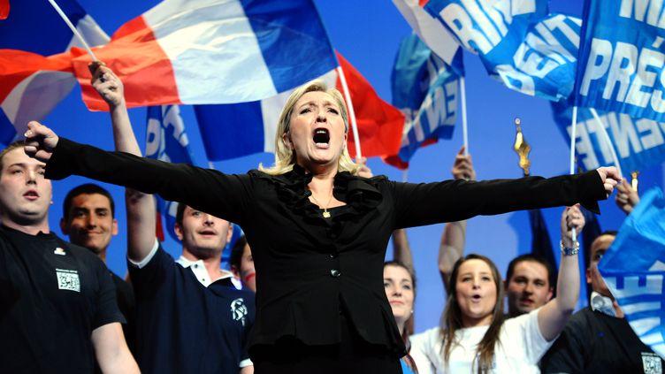 Marine Le Pen, candidate du Front national, lors de son dernier meeting à Paris, le 17 avril. (MARTIN BUREAU / AFP)