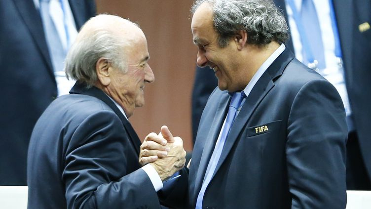 Les présidents respectifs de la Fifa et de l'UEFA, Sepp Blatter (à gauche) et Michel Platini, au congrès de la Fifa à Zurich (Suisse), le 29 mai 2015. (ARND WIEGMANN / REUTERS)