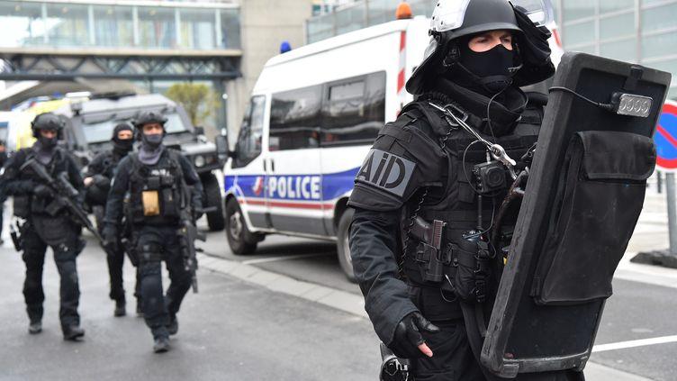Des policiers duRaid, le 18 mars 2017, devant l'aéroport d'Orly (Val-de-Marne). (MUSTAFA YALCIN / AFP)