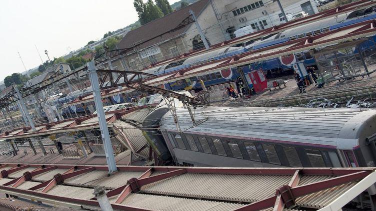 Le train Paris-Limoges après son déraillement àBrétigny-sur-Orge (Essonne), le 12 juillet 2013. (ROMAIN DA COSTA / AFP)
