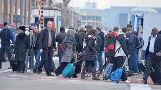 Des policiers évacuent les passagers de l'aéroport de Zaventem à Bruxelles, mardi 22 mars 2016. (DURSUN AYDEMIR / ANADOLU AGENCY / AFP)