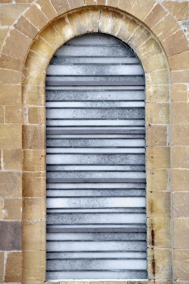 Un vitrail signé Pierre Soulages, vu de l'extérieur de l'abbatiale  (PATRICE THEBAULT / ONLY FRANCE)