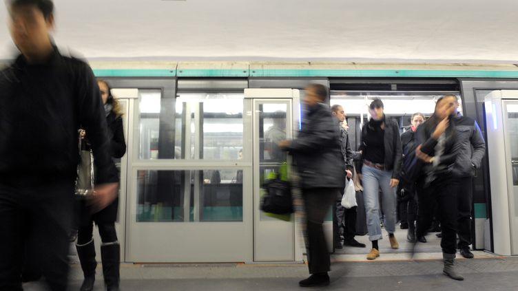 Les jeunes filles étaient dans un premier temps formées, avant qu'il soit exigé d'elles qu'elles ramènent 300 euros par jour en commettant des vols à la tire dans le métro parisien. (MIGUEL MEDINA / AFP)