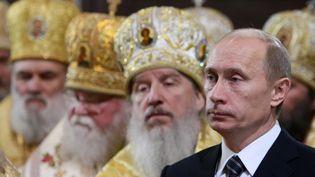 Vladimir Poutine assiste à la cérémonie d'intronisation du Patriarche orthodoxe russe de Moscou et de toute la Russie Kirill dans la cathédrale du Christ-Sauveur à Moscou, le 1er février 2009. (ALEXEY DRUZHININ / POOL)
