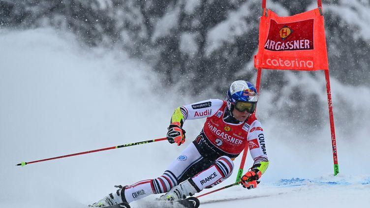 Alexis Pinturault sur le tracé du slalom géant de Santa Caterina (Italie). (MARCO BERTORELLO / AFP)