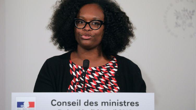 La porte-parole du gouvernement Sibeth Ndiaye lors d'une conférence de presse à la sortie du conseil des ministres, à l'Elysée, à Paris, le 30 avril 2019. (LUDOVIC MARIN / AFP)