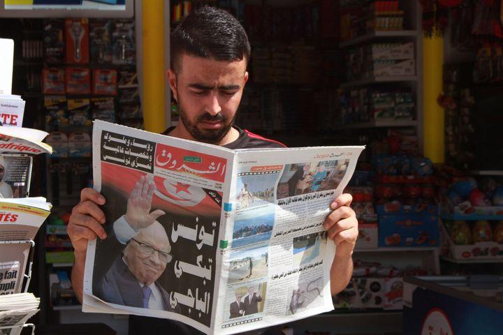 Un Tunisien prend connaissance, le 26 juillet 2019, des dernières nouvelles après le décès, la veille, du président Béji Caïd Essebsi à l'âge de 92 ans. (MOHAMED HAMMI/SIPA)