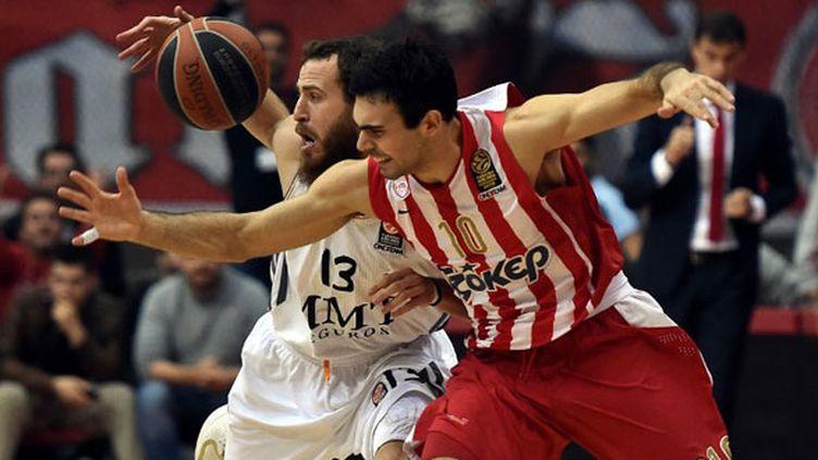 Kostas Sloukas en défense face au Madrilène Sergio Rodriguez