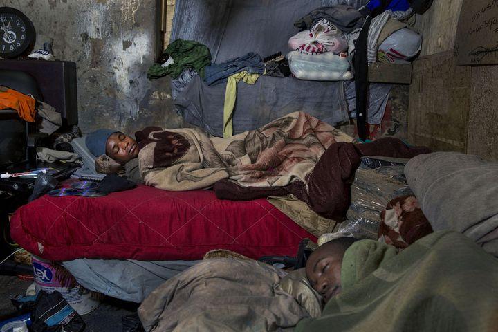 Après une semaine de dur labeur, des migrants zimbabwéens dorment pendant le week-end dans un des immeubles squattésdu centre-ville de Johannesburg (Afrique du Sud). (JONATHAN TORGOVNIK / THE VERBATIM AGENCY)