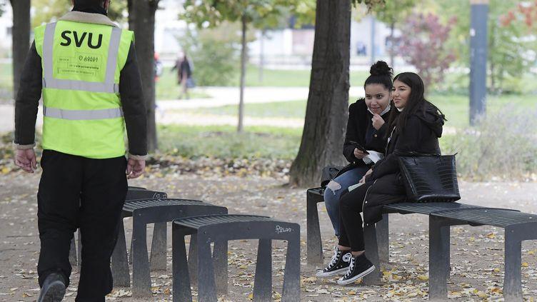 Un étudiant de la brigade sanitaire sur le campus de l'Université de Strasbourg. (FREDERICK FLORIN / AFP)