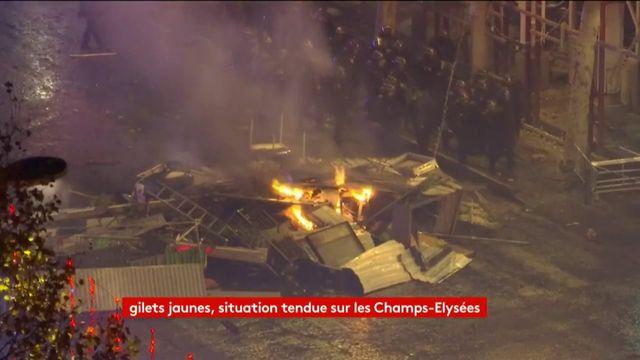 """Manifestation des """"gilets jaunes"""" à Paris : une journée de heurts sur les Champs-Elysées"""