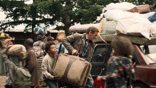 """Djibril Vancoppenolle (Gabriel) et Jean-Paul Rouve (Michel) dans une scène du film de Eric Barbier, """"Petit Pays"""", adapté du livre éponyme de Gaël Faye. (JERICO FILMS – SUPER 8 PRODUCTION – PATHÉ – FRANCE 2 CINÉMA – SCOPE PICTURES – PETIT PAYS FILM)"""
