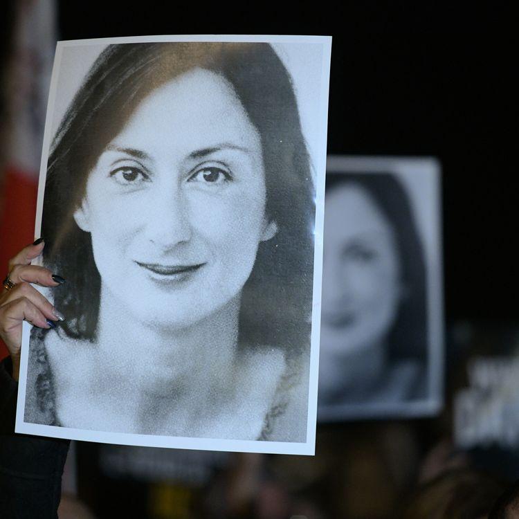 Des manifestants portent une photo deDaphne Caruana Galizia à La Valette, à Malte, le 20 novembre 2019. (MATTHEW MIRABELLI / AFP)