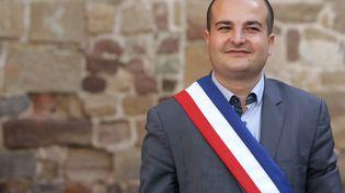 Le maire de Fréjus (Var), David Rachline, pose quelques jours après son élection, le 5 avril 2014. (JEAN CHRISTOPHE MAGNENET / AFP)