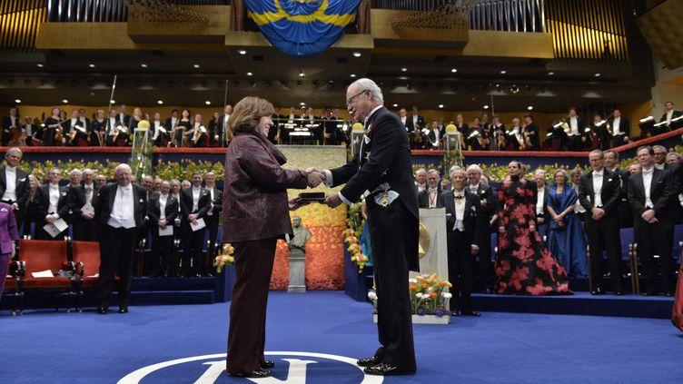 L'auteure biélorusse Svetlana Alexievich reçoit le prix Nobel de littérature par le roi Carl Gustaf de Suède en 2015. (JONAS EKSTROMER / TT NEWS AGENCY)