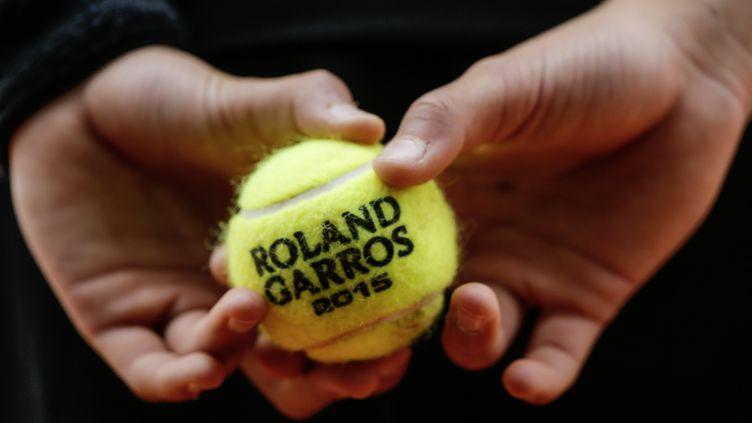 Une balle de tennis lors du tournoi de Roland-Garros à Paris, le 26 mai 2015. (STEPHANE ALLAMAN / DDPI MEDIA / AFP)