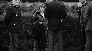 Agée de 15 ans, Murielle Bolle, témoin clé dans l'affaire Grégory, est entourée par les gendarmes le 7 novembre 1984 à Lépanges-sur-Vologne (Vosges). (JEAN-CLAUDE DELMAS / AFP)