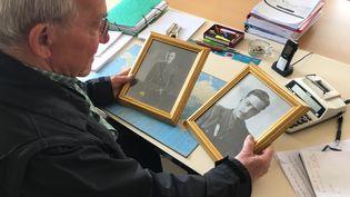 Marcel Bonnevalle, lemaire de Cahagnes (Calvados), le 23 mai 2019 dans sa mairie, qui possède deux portraits du soldat James Marshall-Cornwall. (SIMON GOURMELLET / FRANCE INFO)