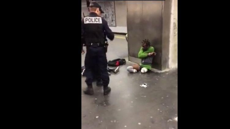 La vidéo de ce contrôle de police, qui s'est déroulé dans la station RER Gare de Lyon, à Paris, a été publiée sur Facebook mardi 3 mai. (DR)