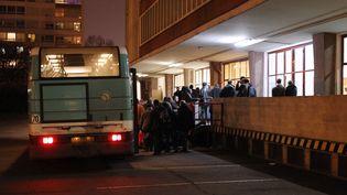 Des sans-abris, pris en charge par le Samu social, arriventen bus dans le centre d'hébergement d'urgence La Boulangerie. (JACQUES DEMARTHON / AFP)