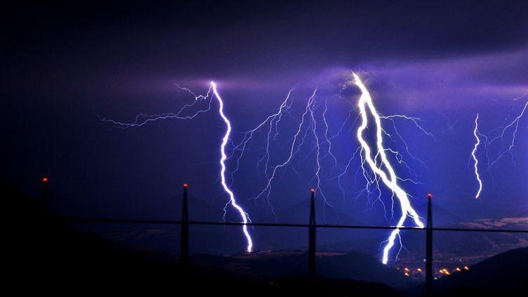 De forts orages au-dessus du viaduc de Millau (Aveyron), le 27 juillet 2013. (MAXPPP)