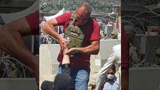 Le commandant de police Mohamed Bida, pendant les opérations d'évacuation, en août 2021, devant l'aéroport de Kaboul (Afghanistan). (TWITTER)