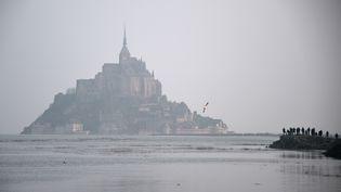 La grande marée a permis d'admirer le caractère insulaire du Mont-Saint-Michel, samedi 21 mars 2015. Le marnage dépasse 14 mètres dans la baie. (DAMIEN MEYER / AFP)