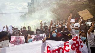 Des manifestants marchent contre lecoup d'Etat militaire àRangoun (Birmanie), le 3 juillet 2021. (STR / AFP)